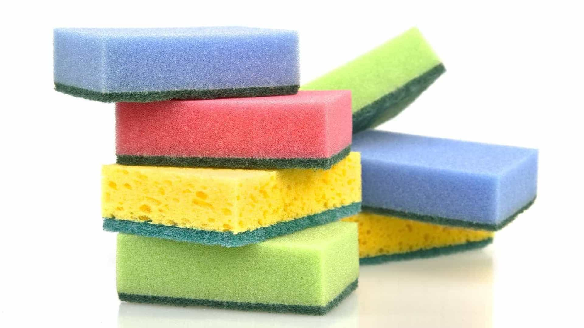 Aprenda 3 formas diferentes de limpar a esponja de lavar louça