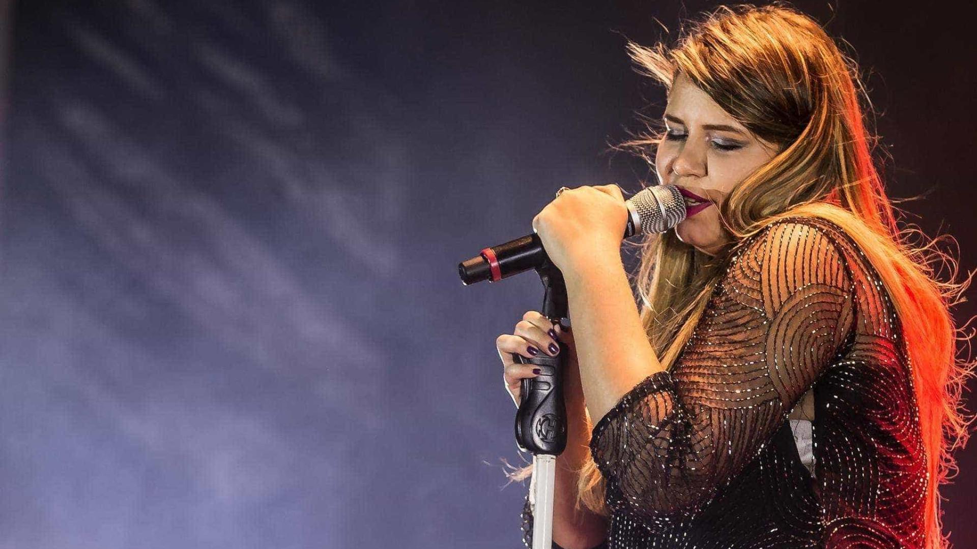 Marília Mendonça para show após fã jogar celular: 'Não sou cadela'