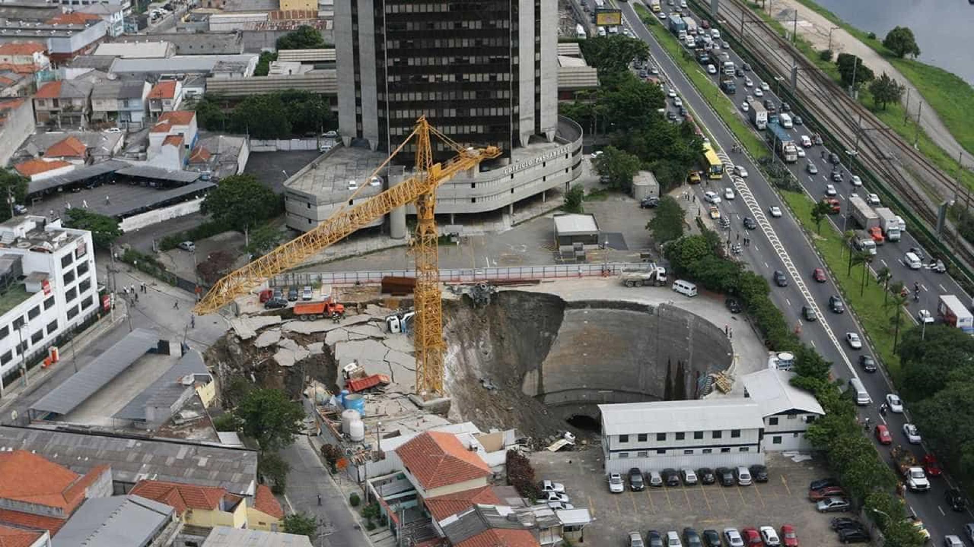 Justiça inocenta 14 acusados por cratera que matou sete no metrô-SP
