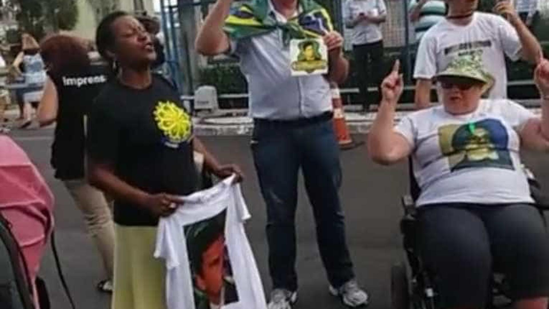 Ex-deputado chega a Curitiba sob gritos de 'Fora Cunha'