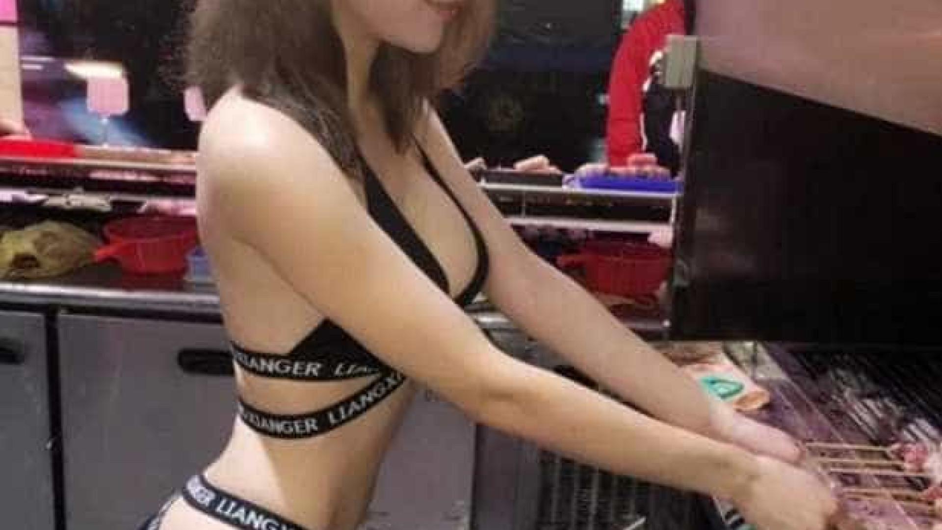 Mulher larga carreira de modelo para vender churrasquinho de biquíni