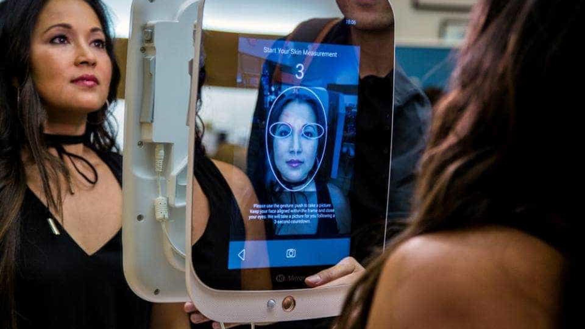 Empresa vende espelho inteligente que dá dicas de beleza