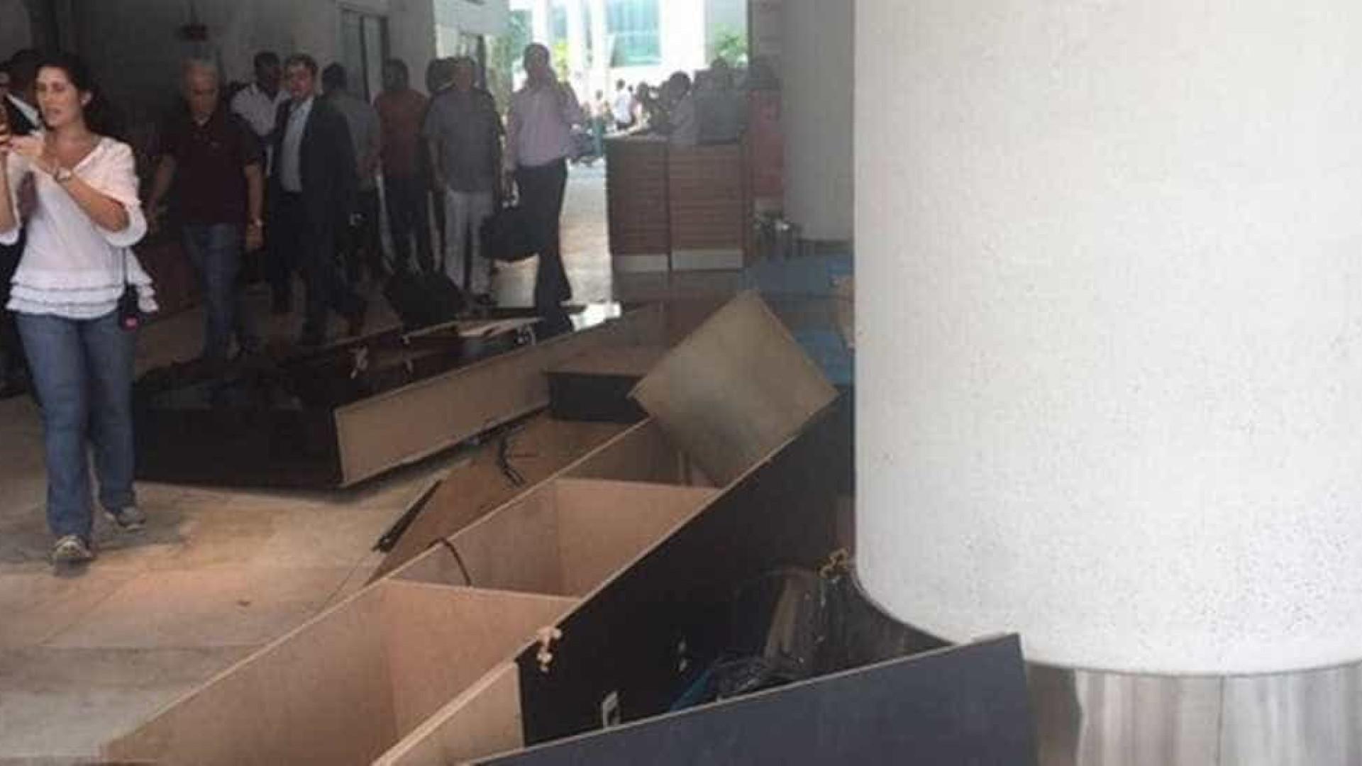 Em protesto, taxistas depredam espaço da Uber em aeroporto no Rio