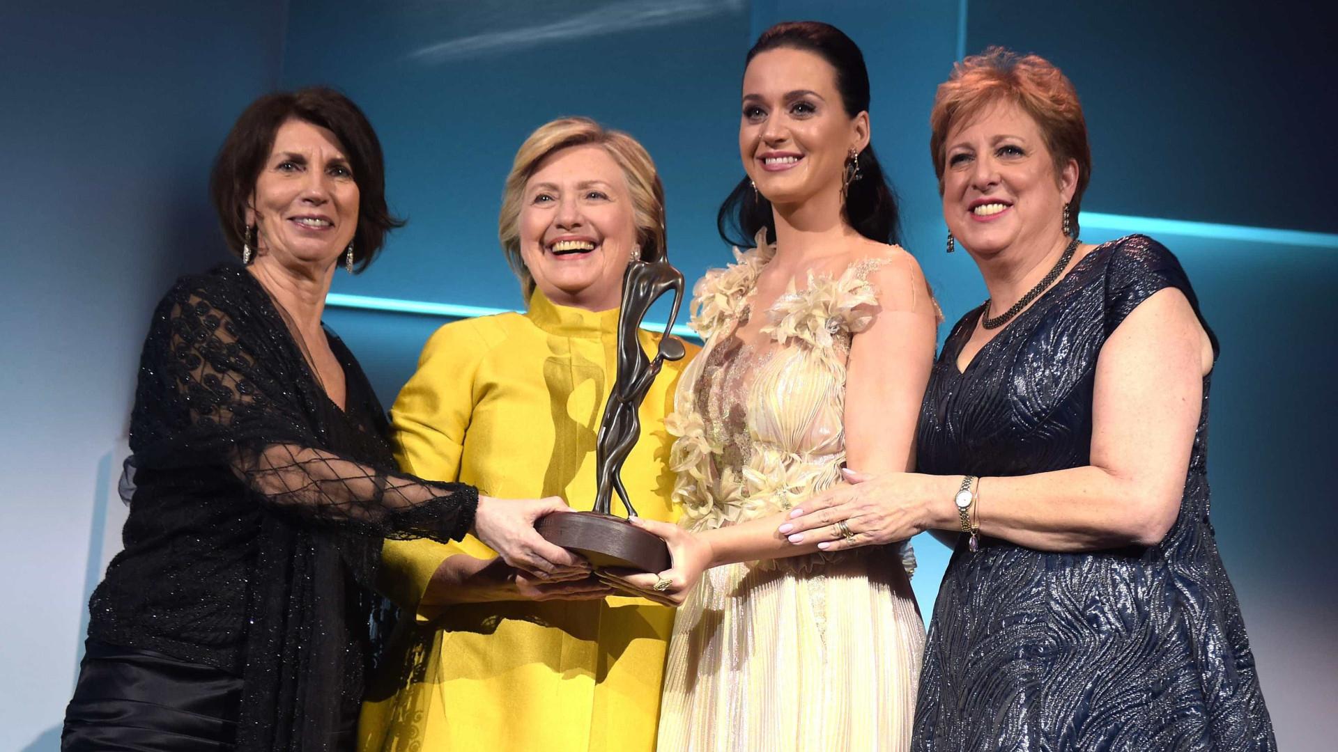 Hillary Clinton aparece de surpresa em entrega prêmio a Katy Perry