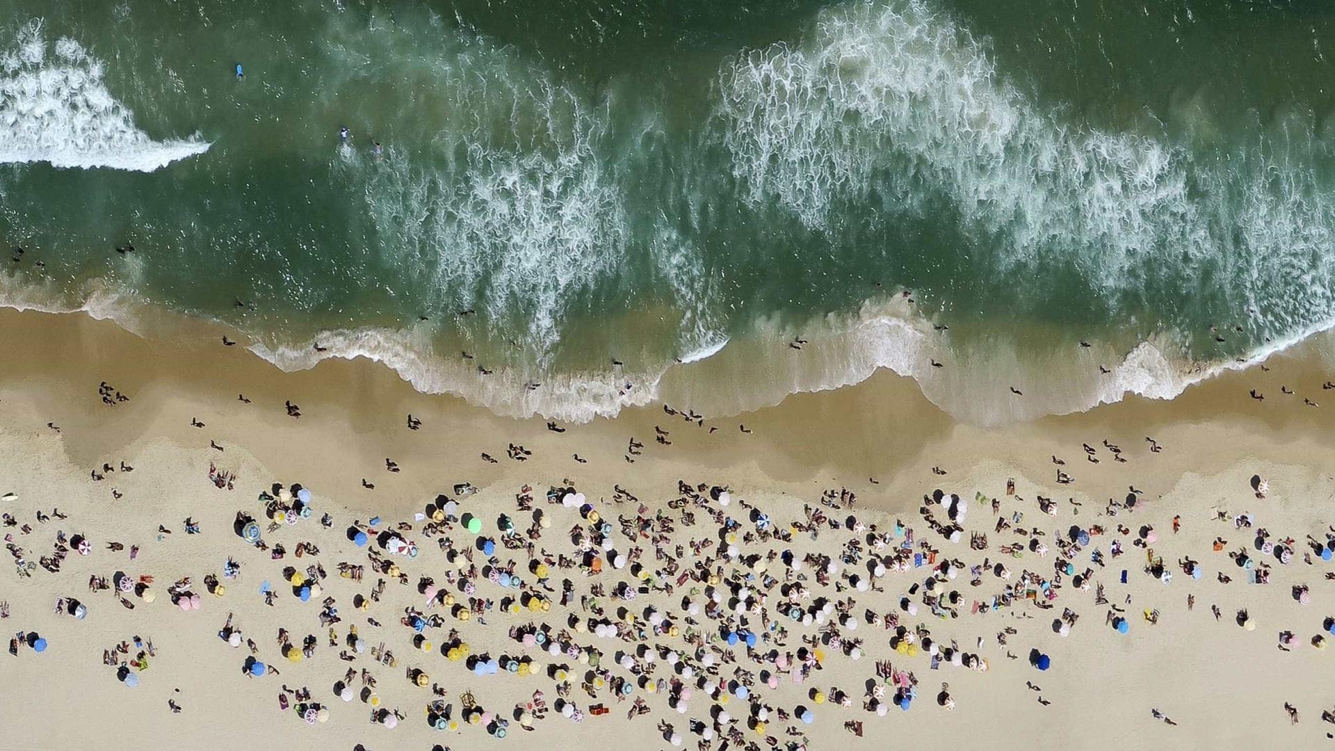 Ambulantes vendem sorvete Kibon por R$ 20 em praia do Rio
