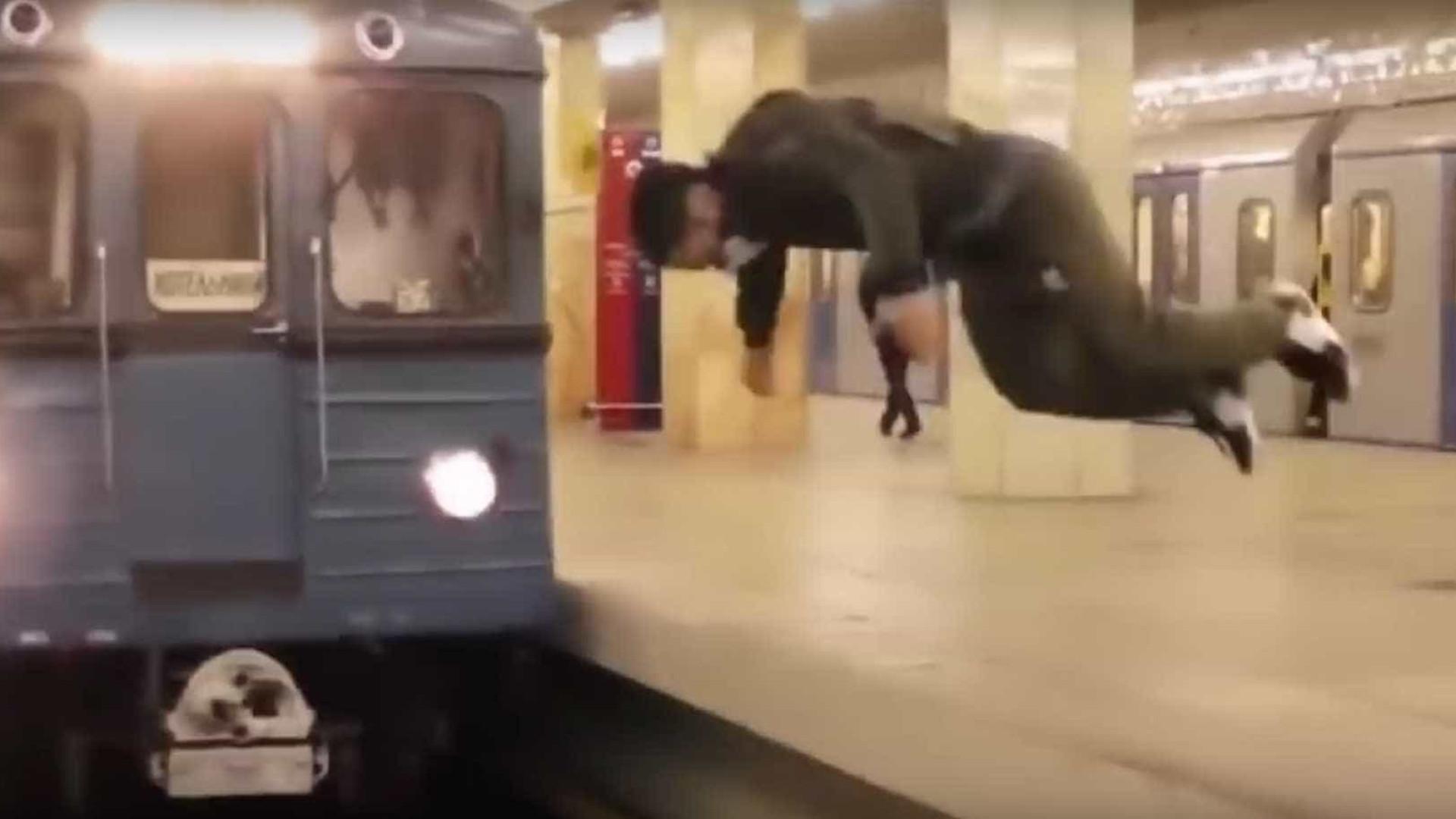 Jovem russo se arrisca e pula na frente de metrô em movimento; veja!