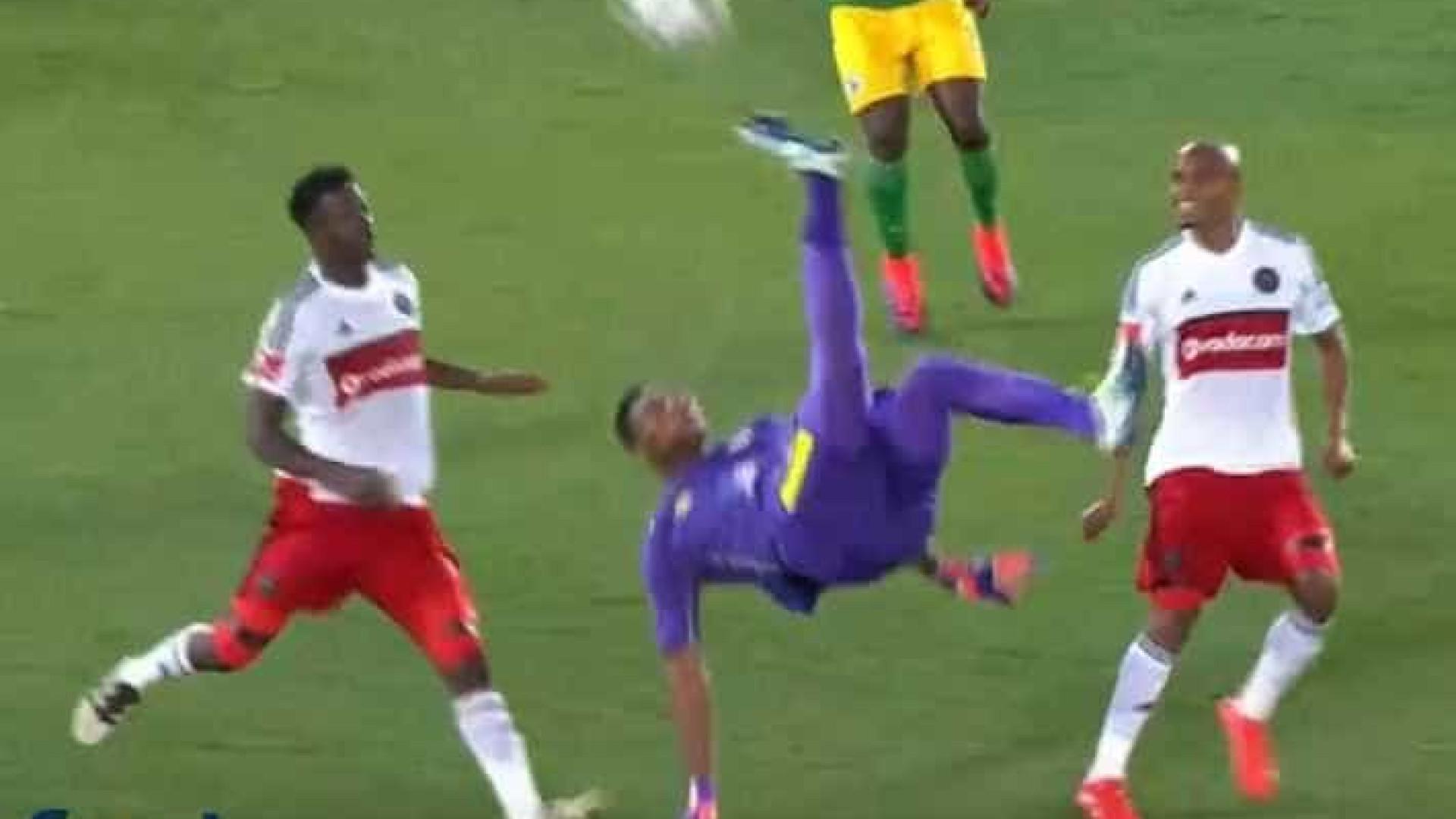 Goleiro faz gol de bicicleta incrível na África do Sul; assista