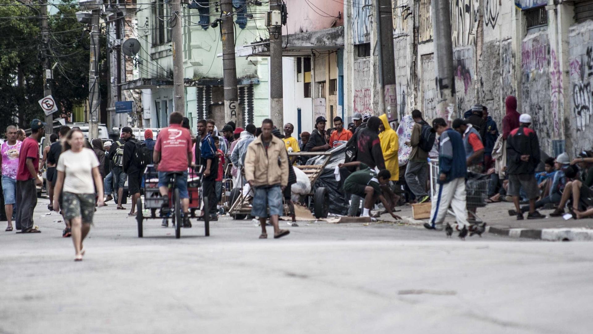 Morador de rua é alvo de jato d'água em limpeza na cracolândia, em SP
