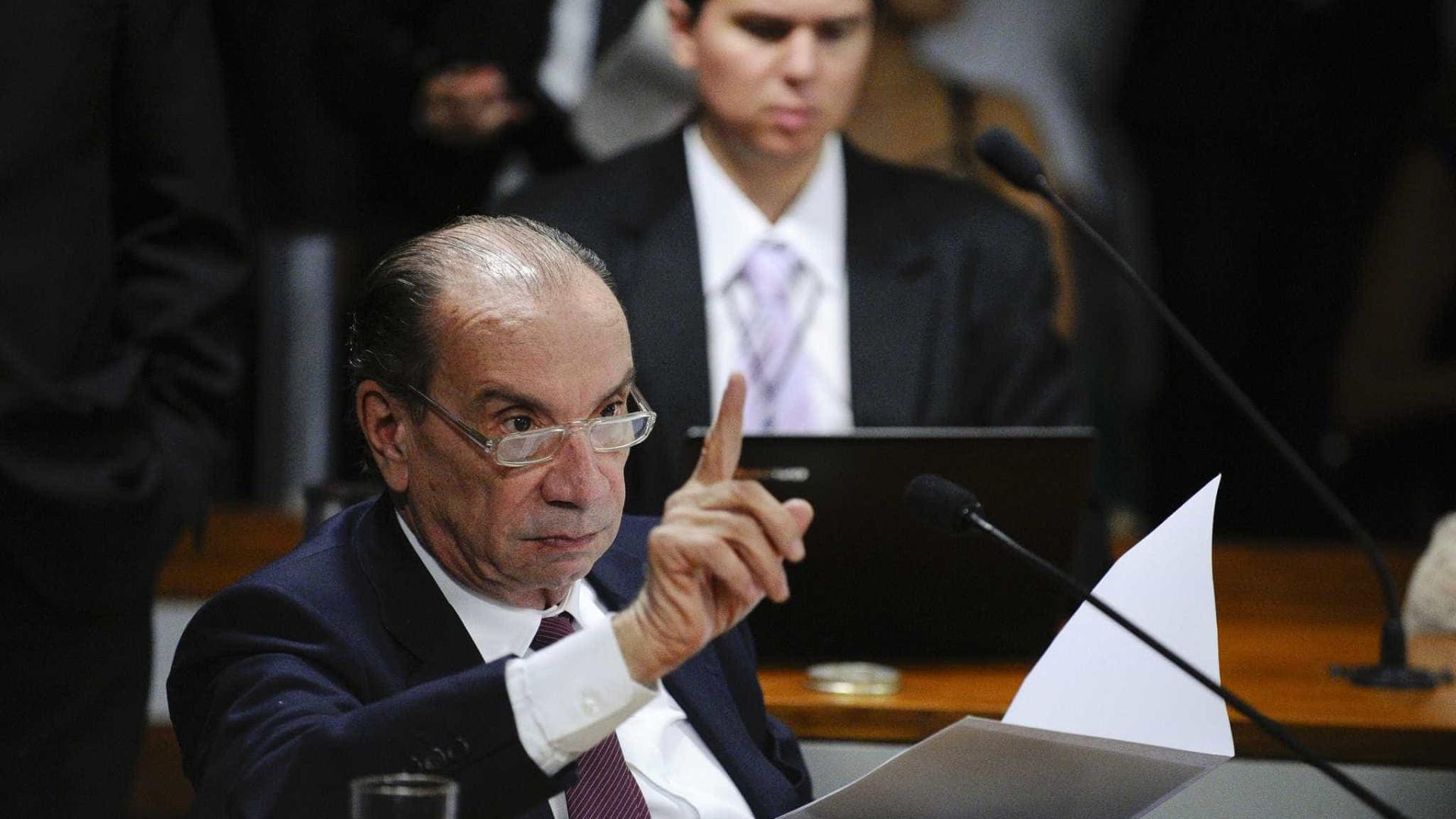 Só cabe ao Aécio deixar presidência do PSDB, diz Aloysio Nunes