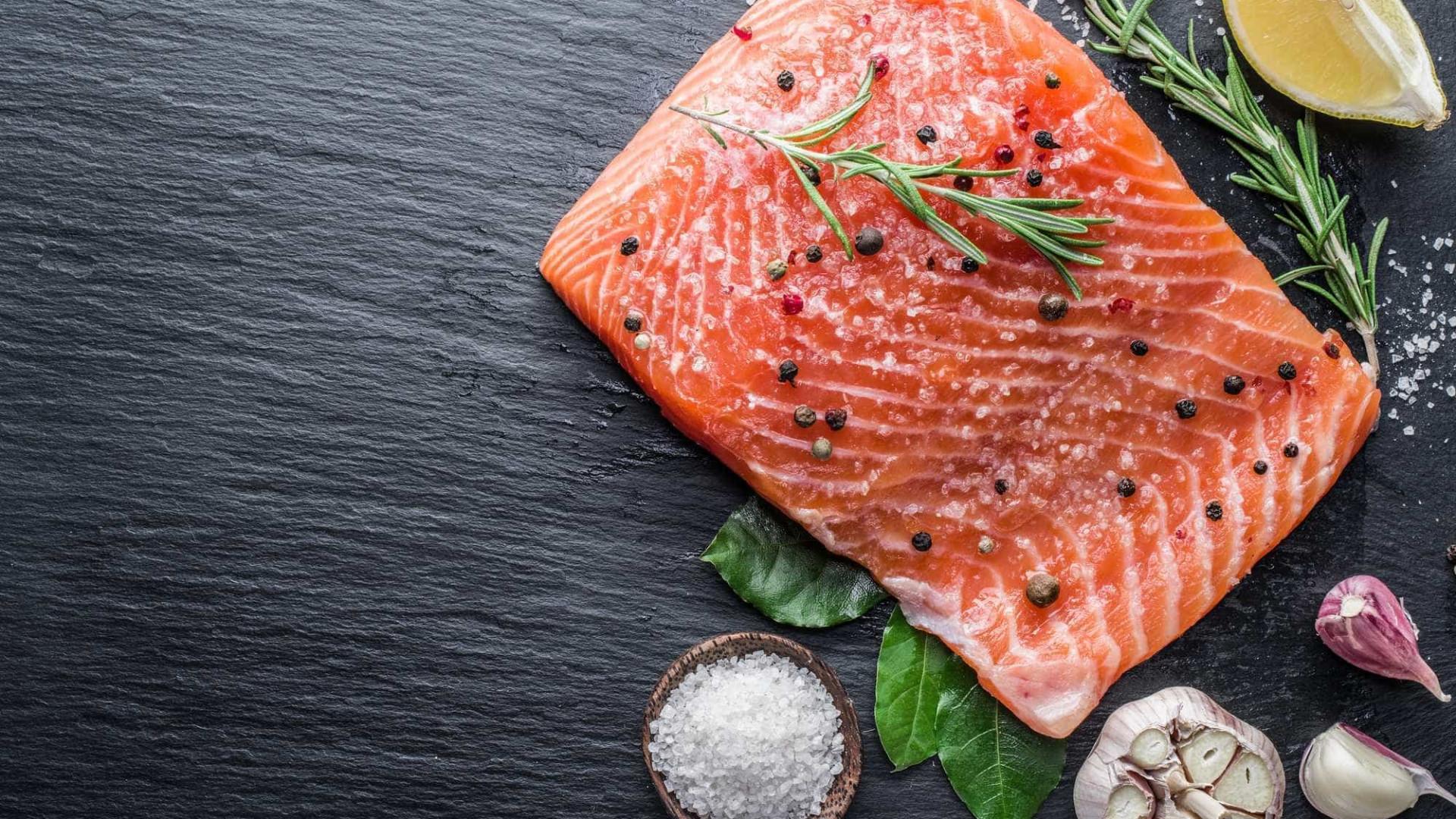O que é melhor: comer peixe cru ou cozido?