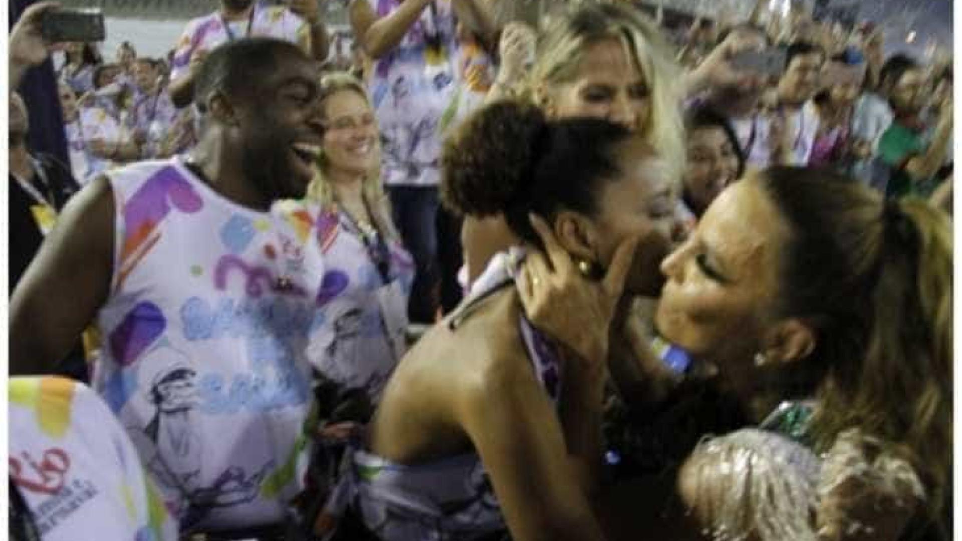 Ivete vira meme após esnobar Galisteu para beijar Taís Araújo