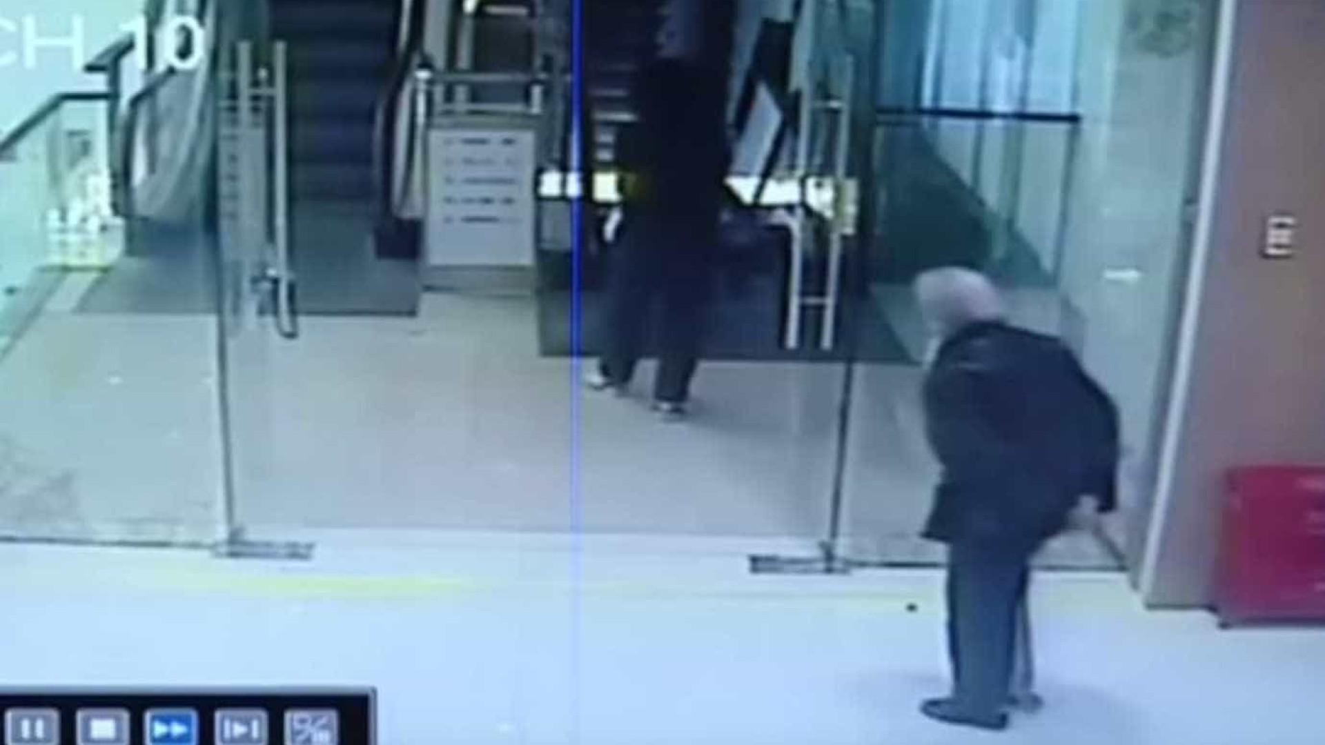 Idosa é salva por homem ao cair em escada rolante na China; assista!
