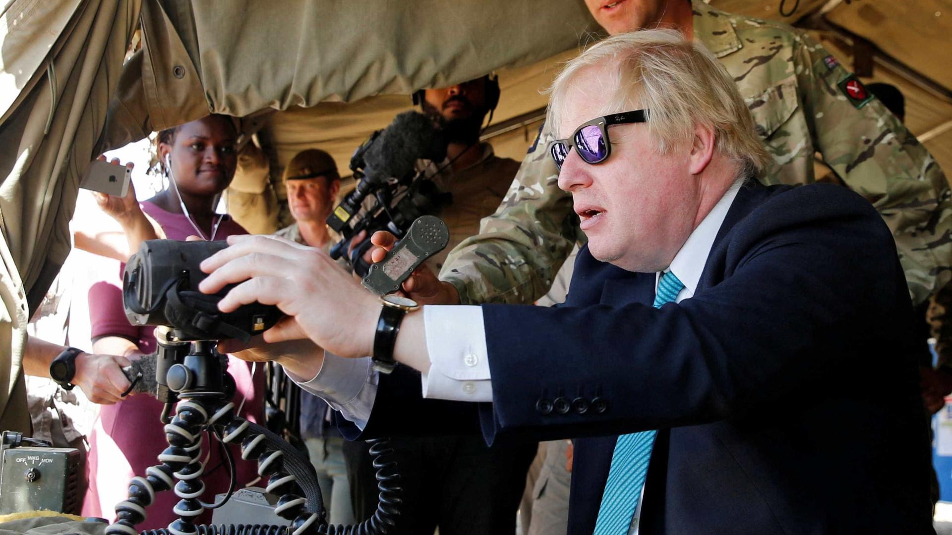 Boris Johnson quer tom mais  crítico dos EUA em relação à Rússia