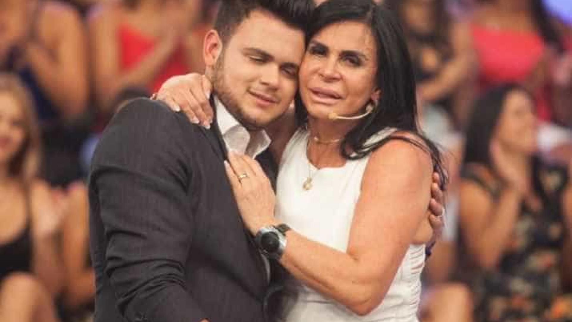 Gretchen reencontra filho que trabalha como  faxineiro nos EUA