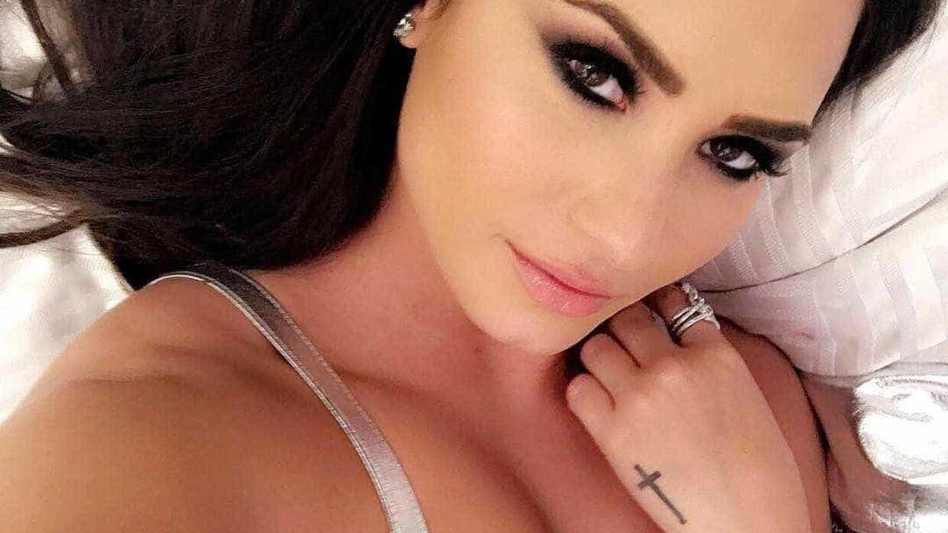 """Demi Lovato posta foto """"sem espacinho"""" entre coxas: """"continuo linda"""""""