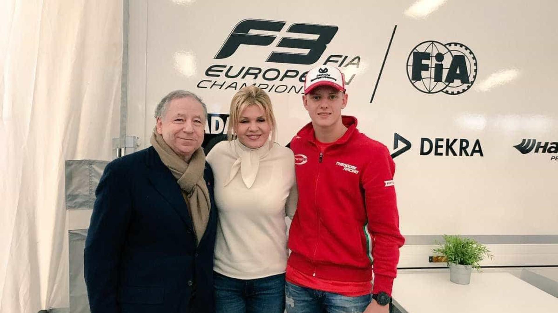 Esposa de Schumacher reaparece em público  para ver corrida do filho