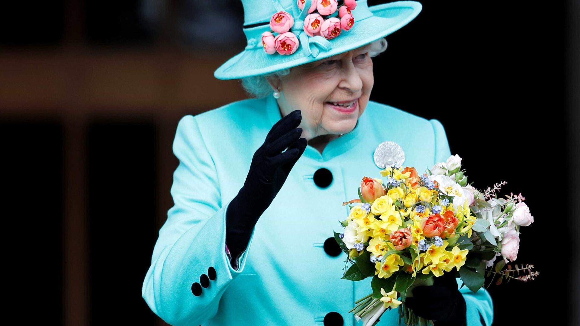 Guardas tocam 'Parabéns a Você' no 91º aniversário da Rainha Elizabeth
