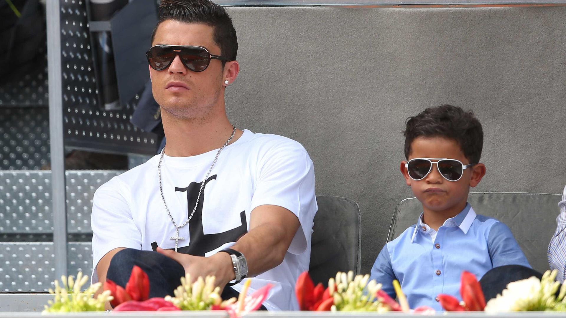 Cristiano Ronaldo posa ao lado do filho e fala sobre paternidade
