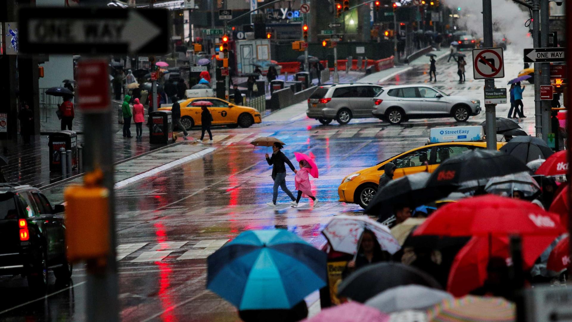 Veículo em alta velocidade atropela multidão na Times Square, em NY