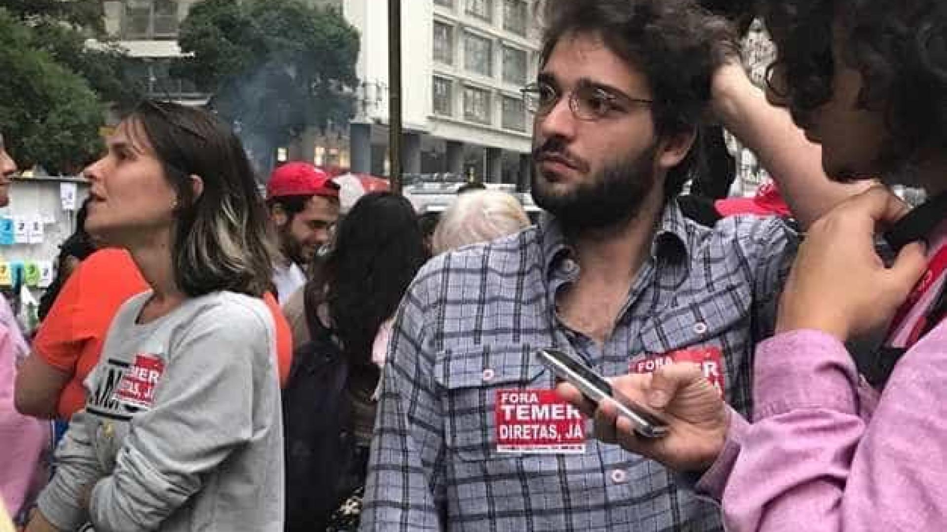 Humberto Carrão é flagrado em protesto contra Temer