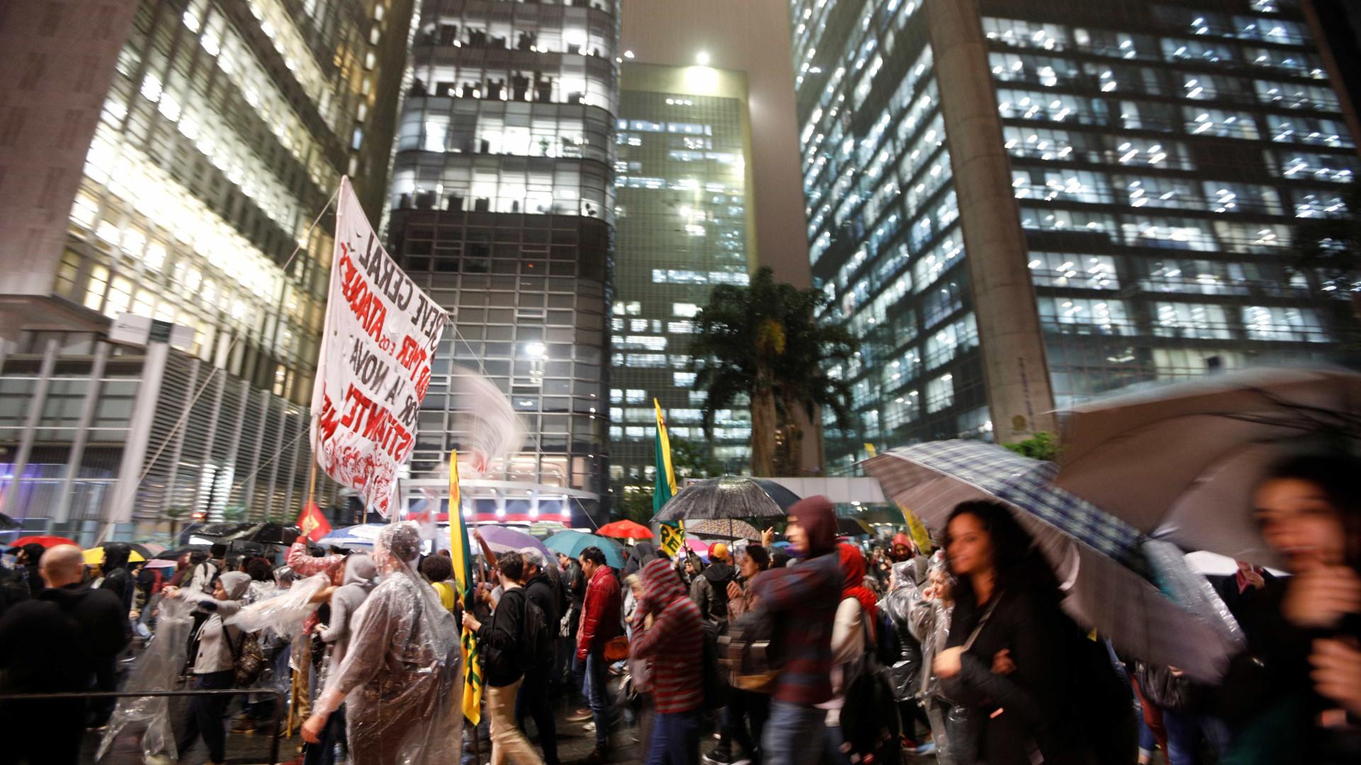 Manifestantes começam a dispersar após ato na Avenida Paulista
