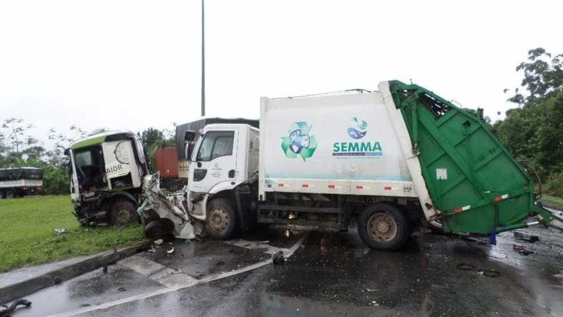 Duas pessoas morrem em acidente com caminhão de lixo no PR