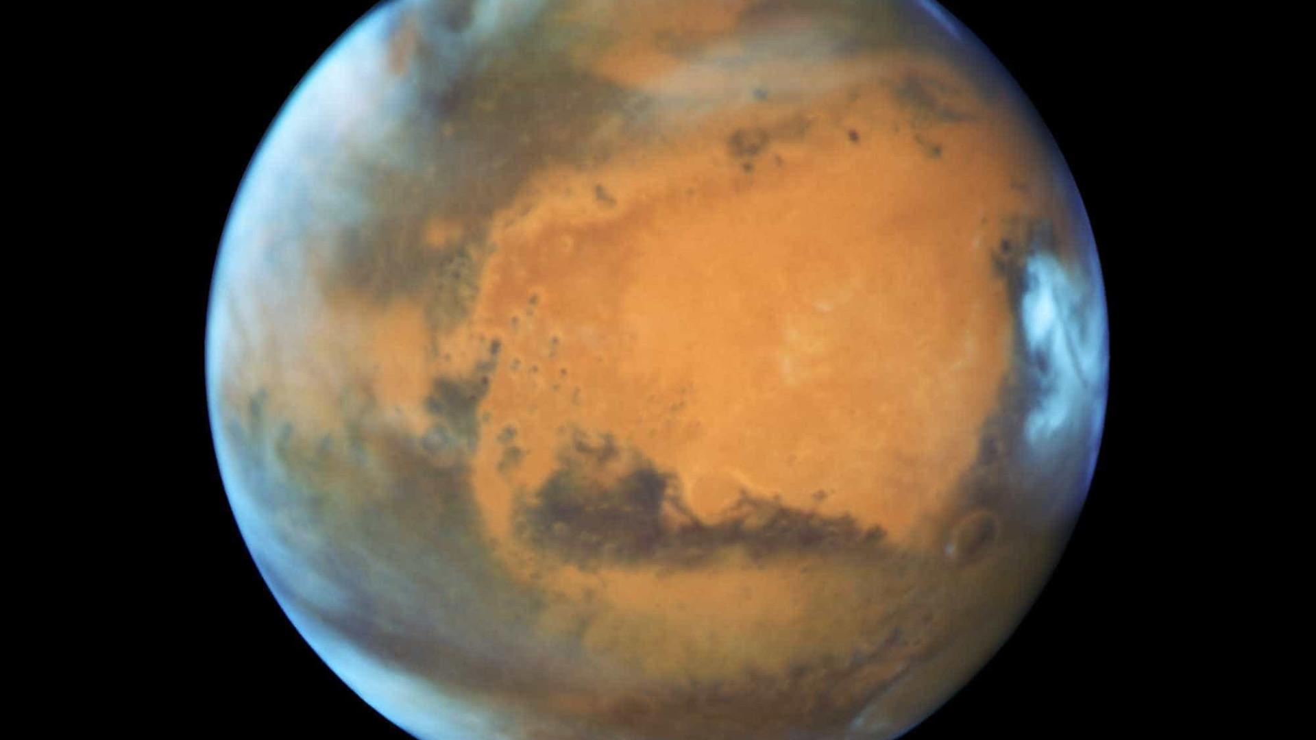 Erosões expõem água na superfície de Marte