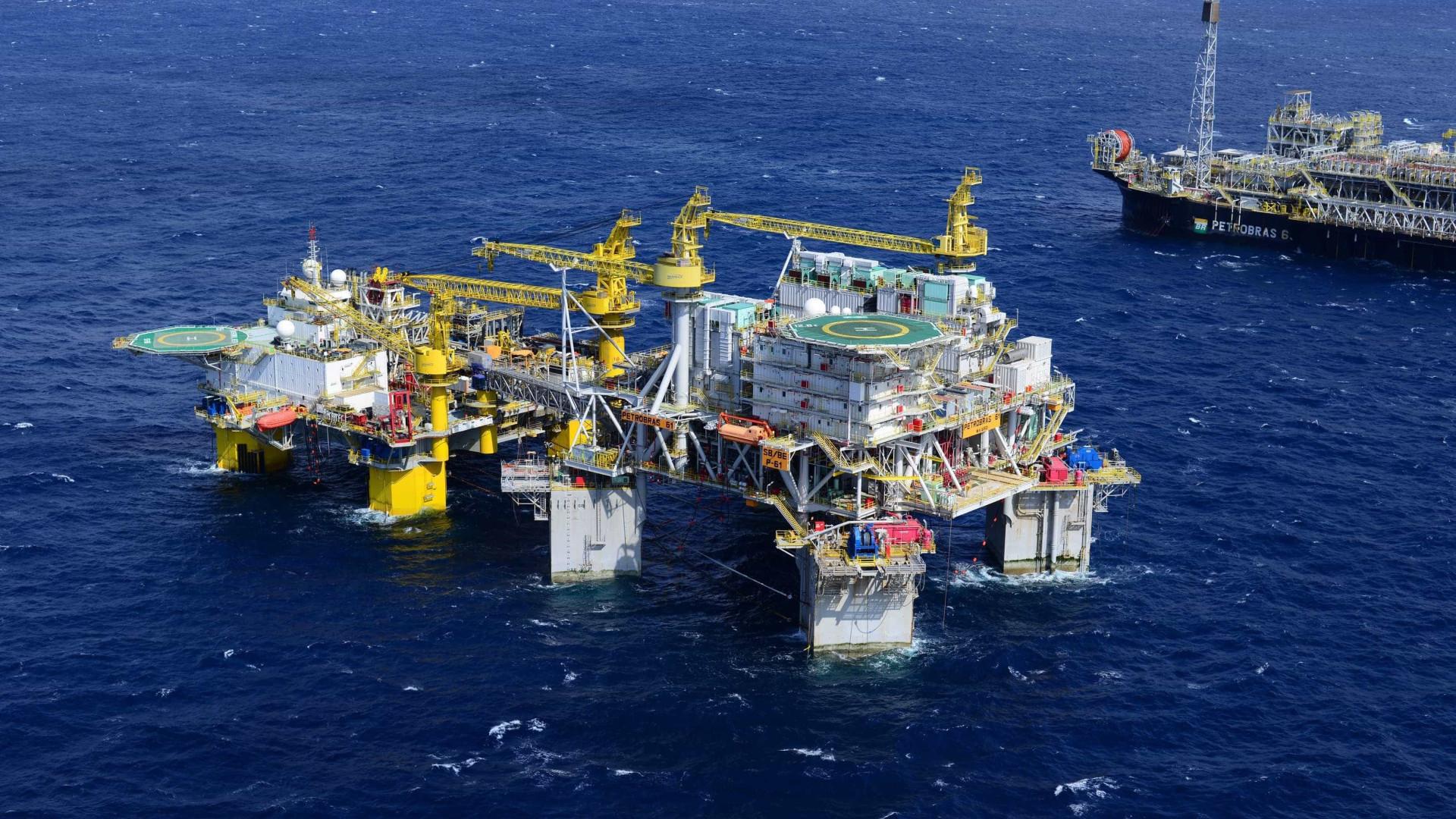 Vazamento de óleo em plataforma da Petrobras atinge litoral do Rio