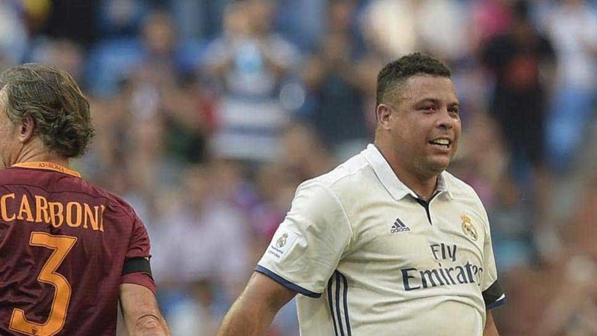 Com Ronaldo em campo, Figo marca golaço em jogo de lendas do Real