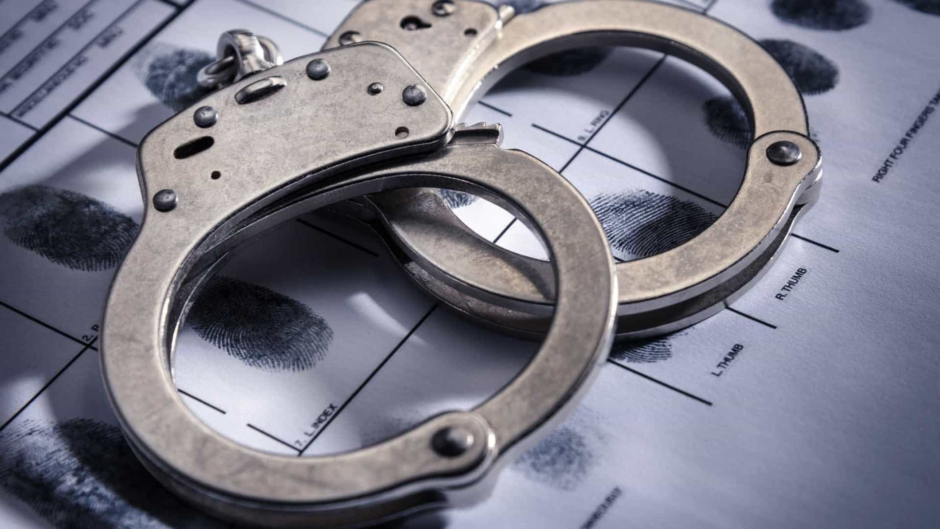 Mulher vai à delegacia registrar agressão de ex-marido e acaba presa