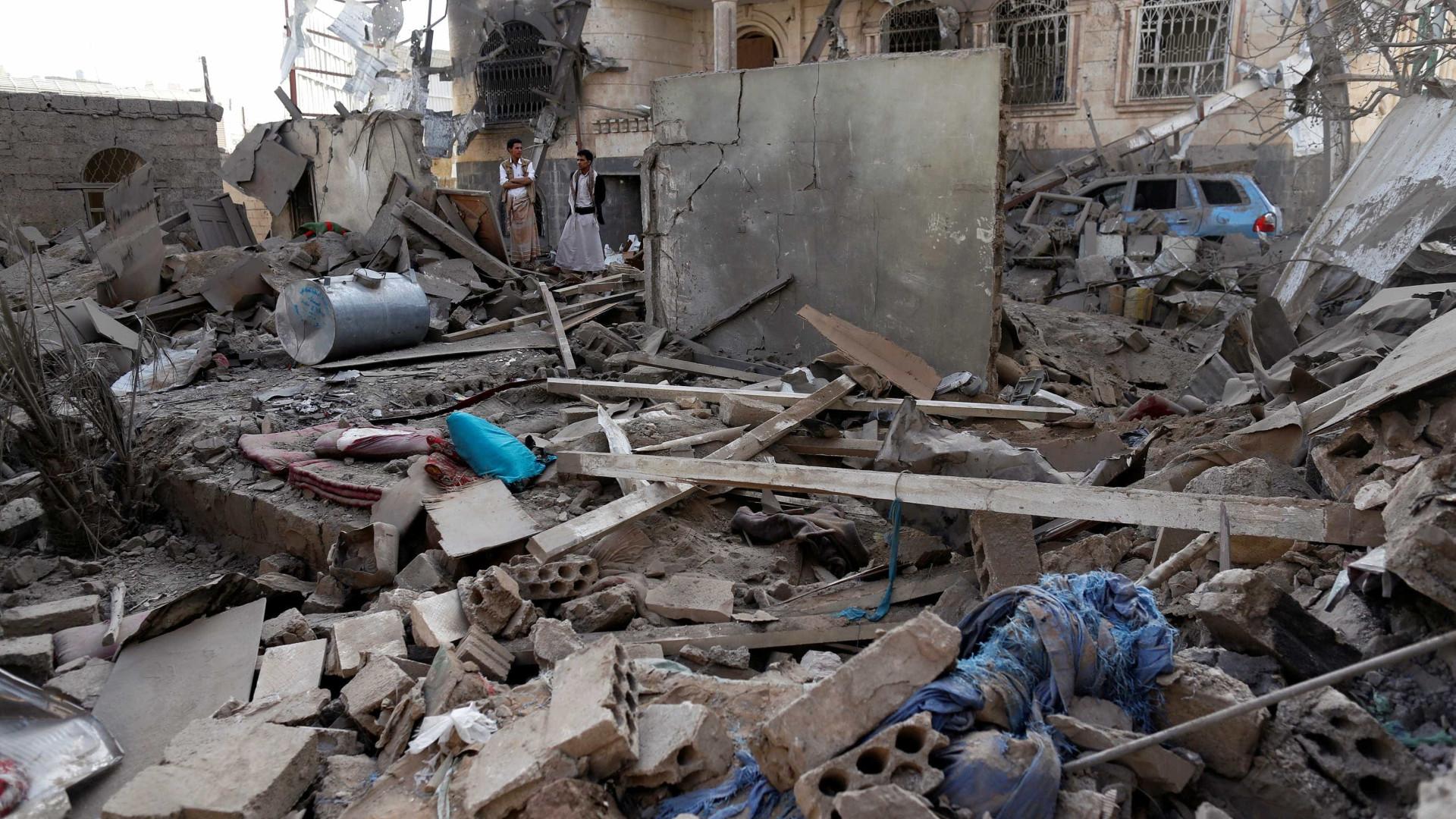Ataque aéreo atinge mercado e  deixa ao menos 25 mortos no Iêmen
