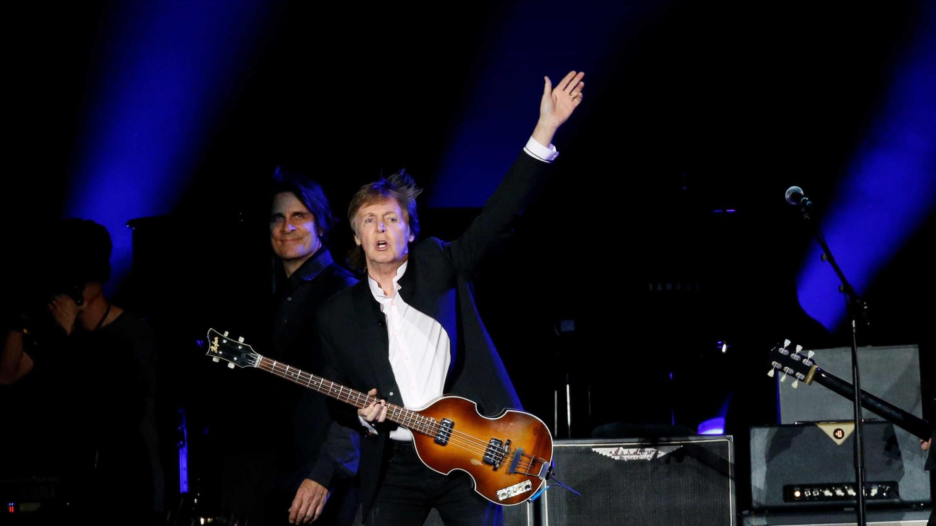 Paul McCartney faz 75 anos e é promovido  pela rainha Elizabeth