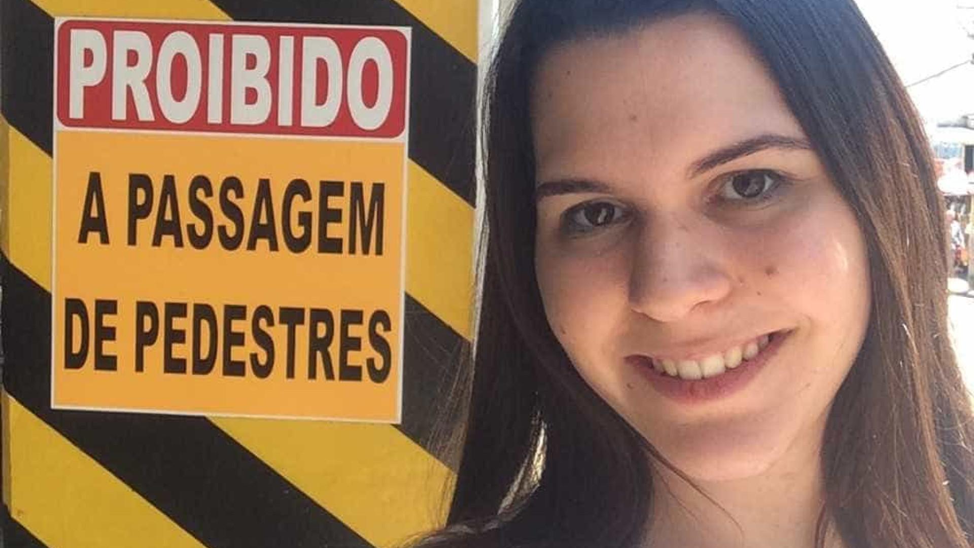 Mostra expõe placas em vias públicas com erros de português em SP