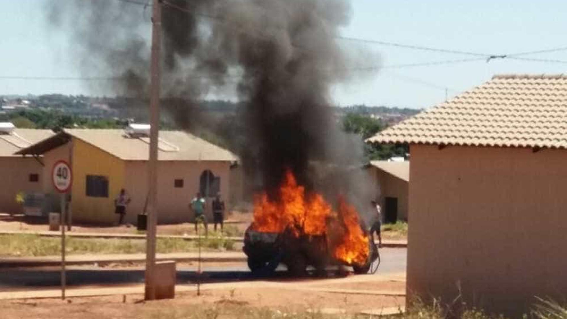 Mulher ateia fogo em carro do marido ao flagrá-lo com outra