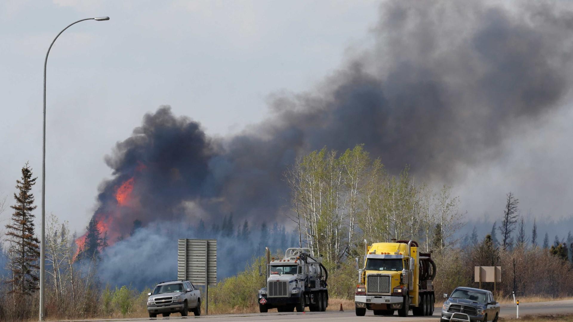 Incêndio evacua mais de 37 mil no Canadá