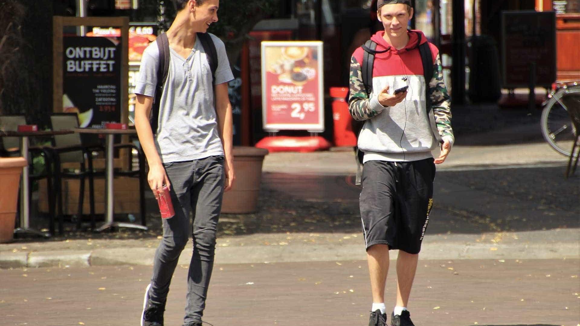 Havaí quer multar pedestres que usam celular ao atravessar a rua