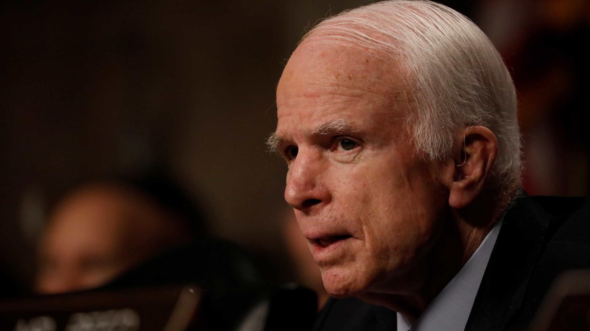 John McCain se recupera de cirurgia e Senado adia voto sobre Trumpcare