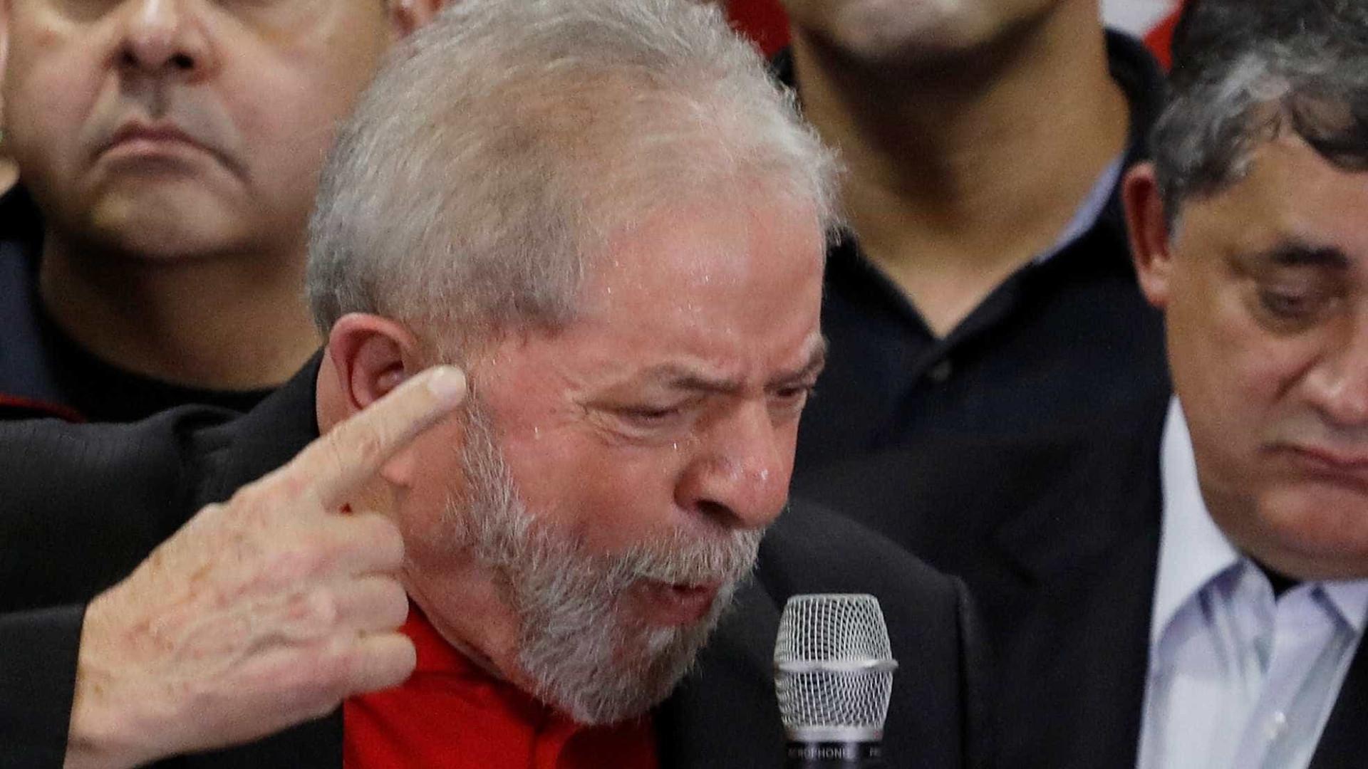Justiça manda apreender passaporte e Lula fica proibido de sair do país