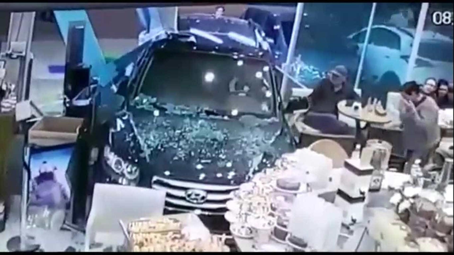 Veículo invade padaria na zona norte de São Paulo