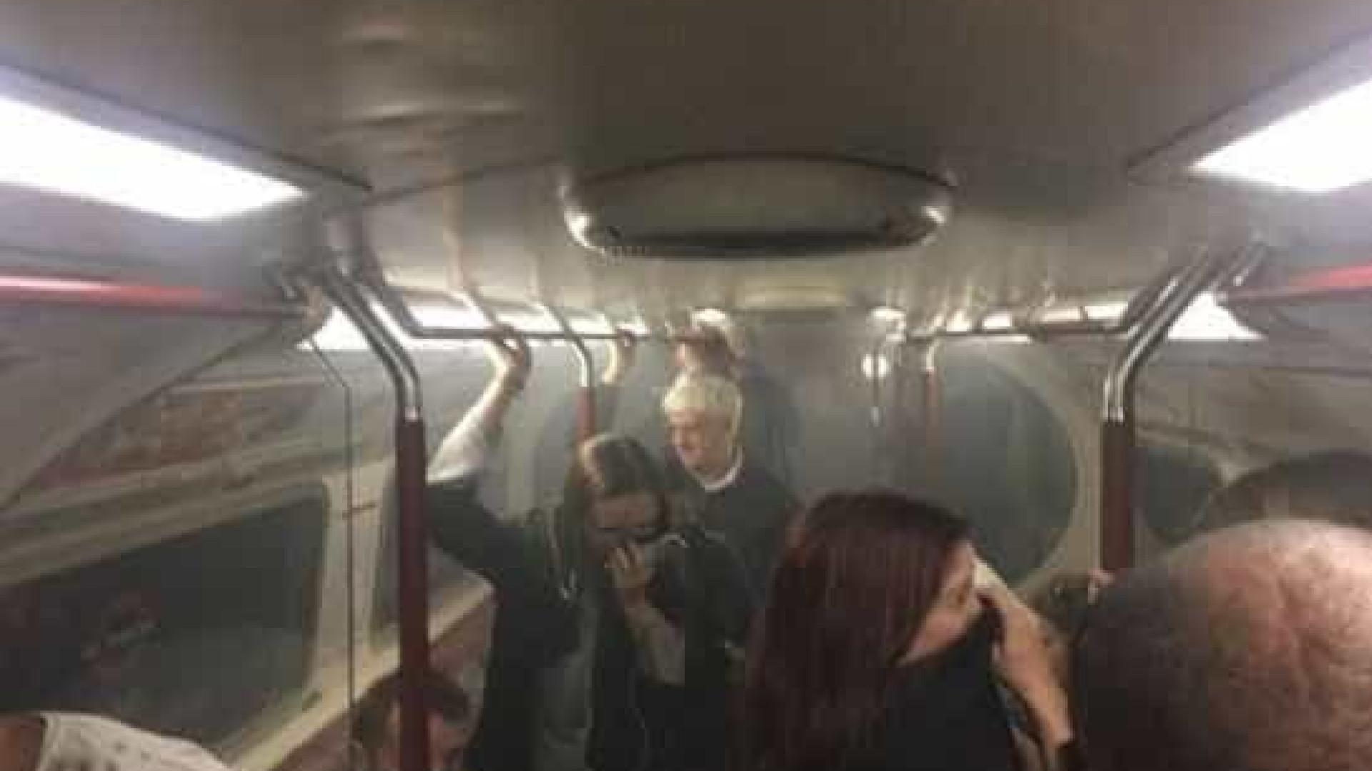 Vídeo: Metro de Londres evacuado por causa de incêndio