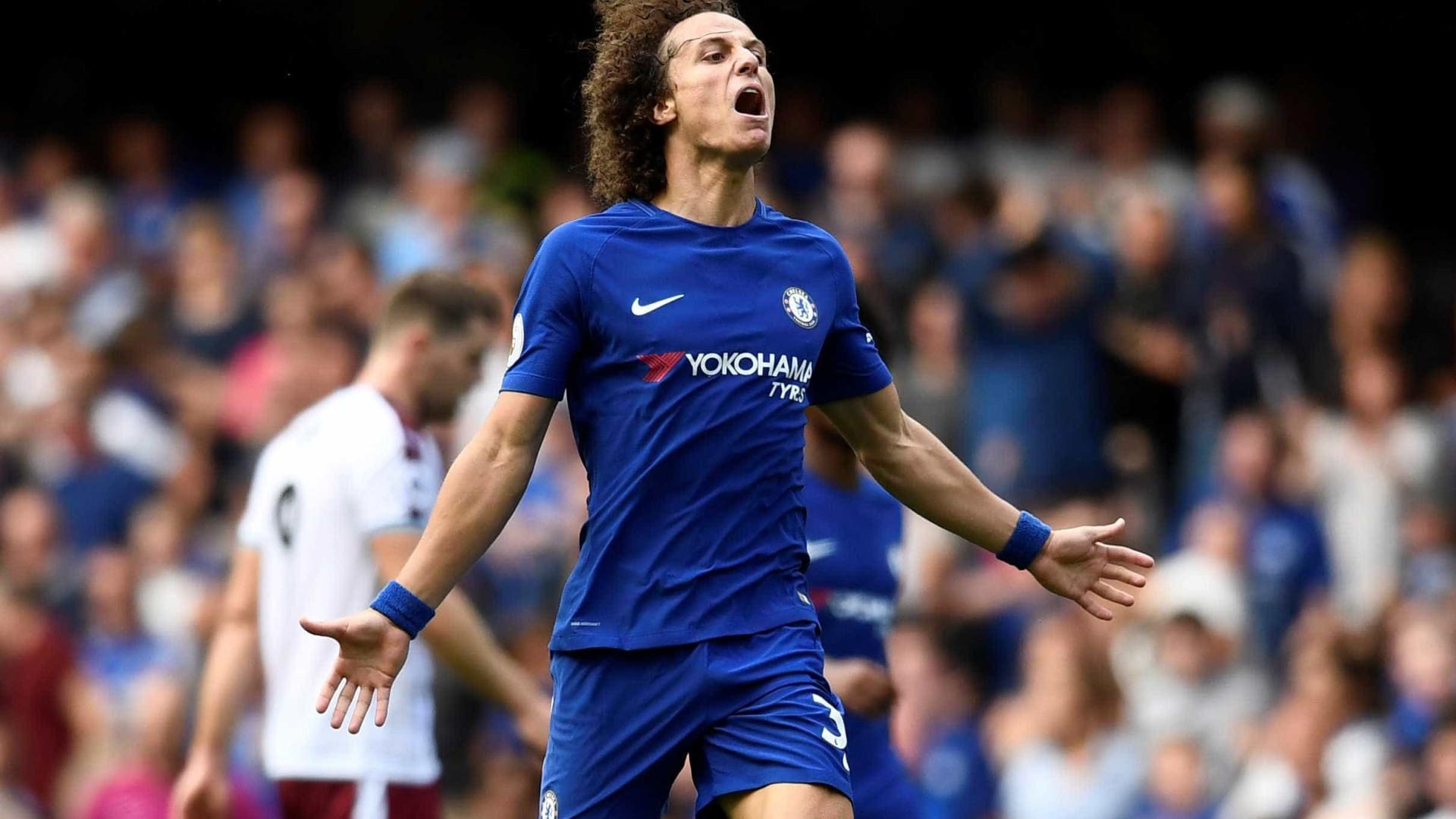 Chelsea estreia no Inglês com derrota, expulsões e gol de David Luiz