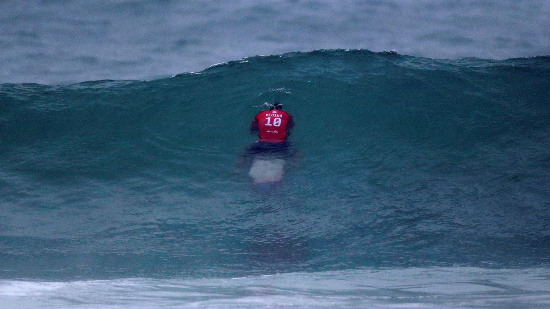 Medina consegue onda salvadora e segue na briga na etapa do Taiti