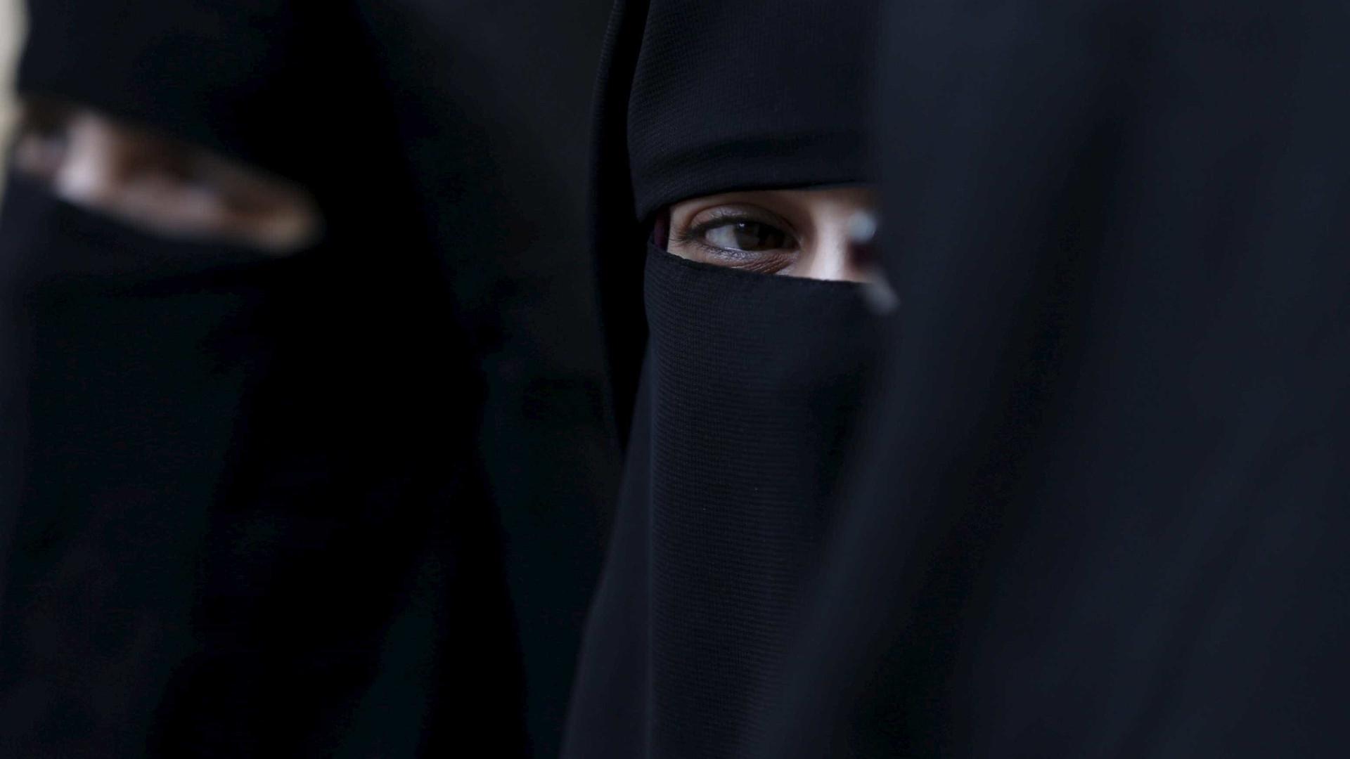 Senadora australiana veste burca para pedir proibição da roupa