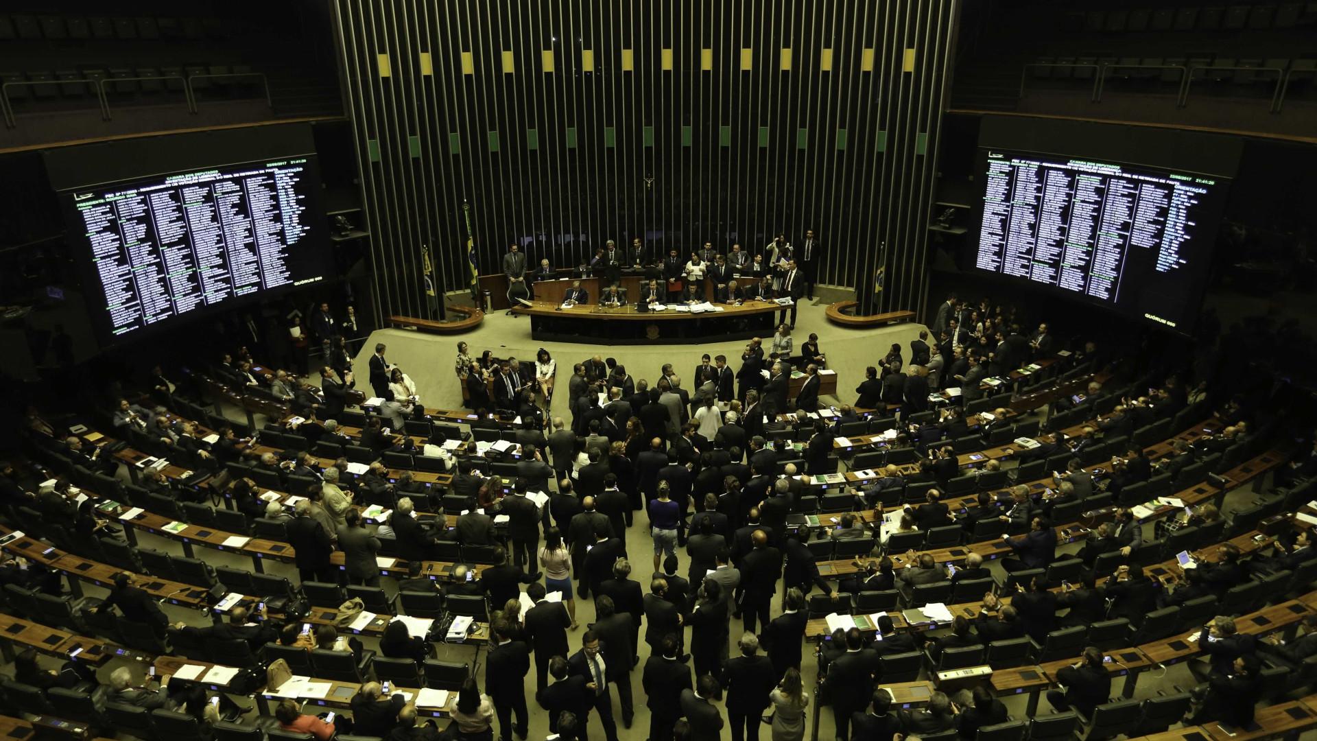 Comissão especial conclui votação e antecipa fim das coligações partidárias