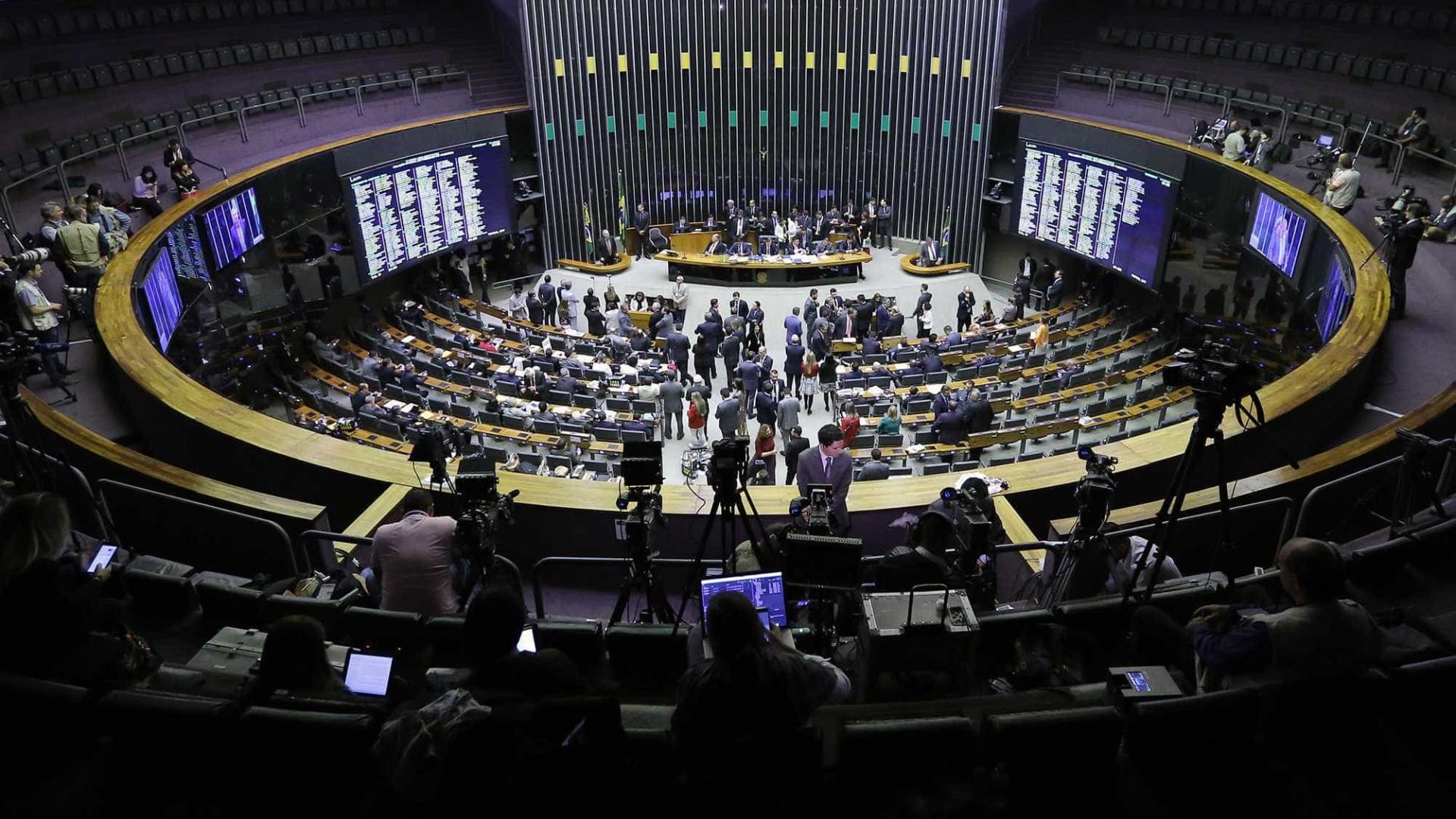 Após 11 horas, Câmara adia votação e reforma política empaca
