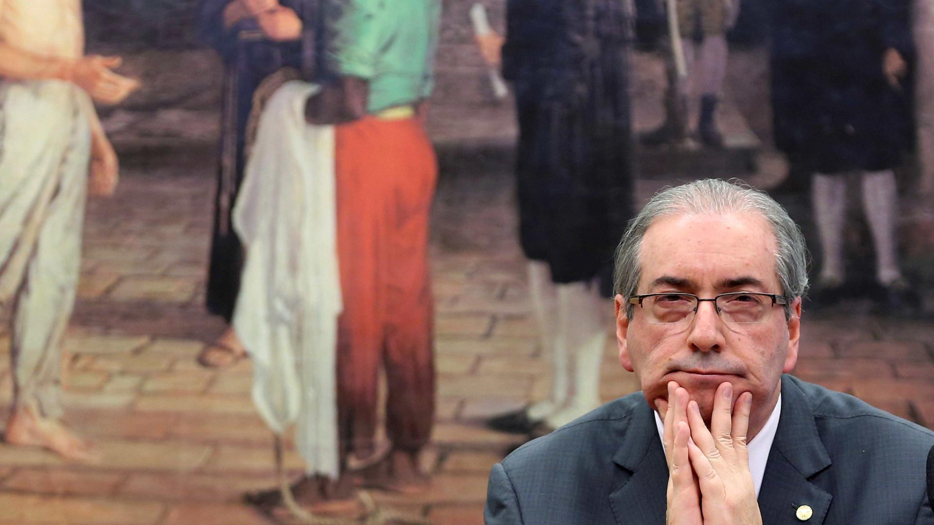 Eduardo Cunha é obrigado a usar algema nos pés em Pinhais