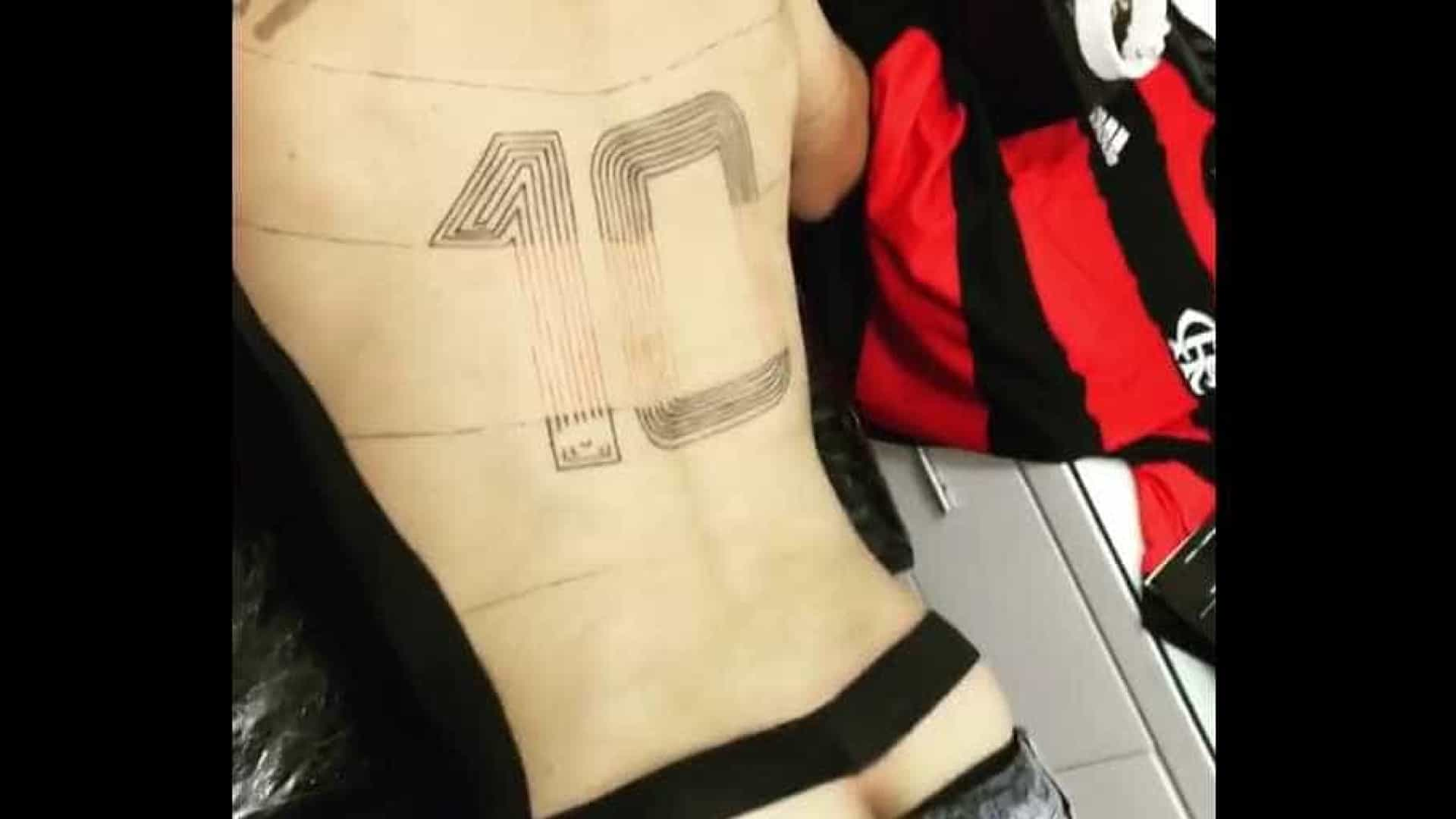 Veja como está ficando a tatuagem da camisa do Fla em tamanho real