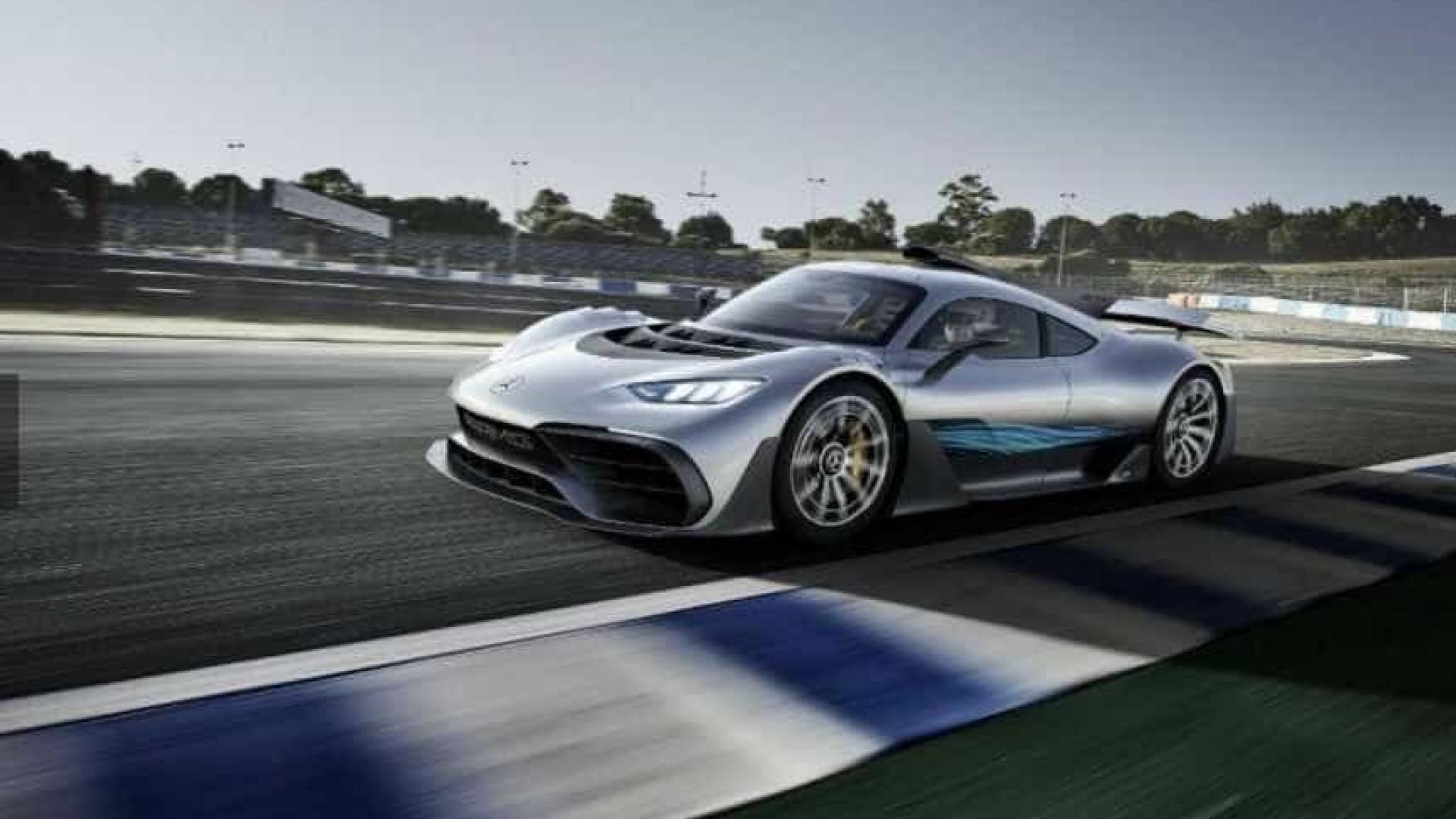 Lewis Hamilton apresenta novo Mercedes híbrido, um F1 está nas estrada