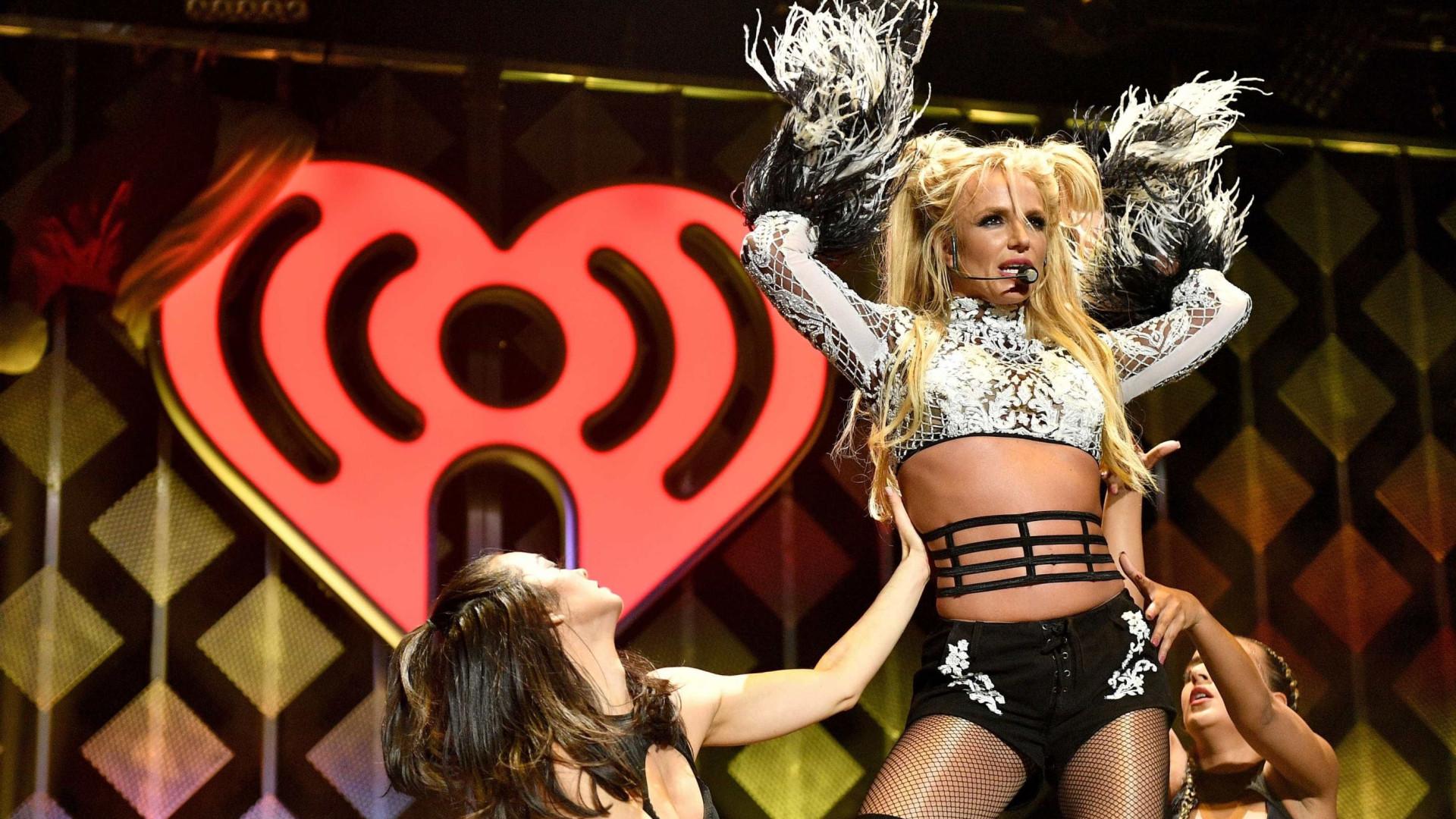Britney Spears aproveita dia de sol para incentivar filhos a pintarem
