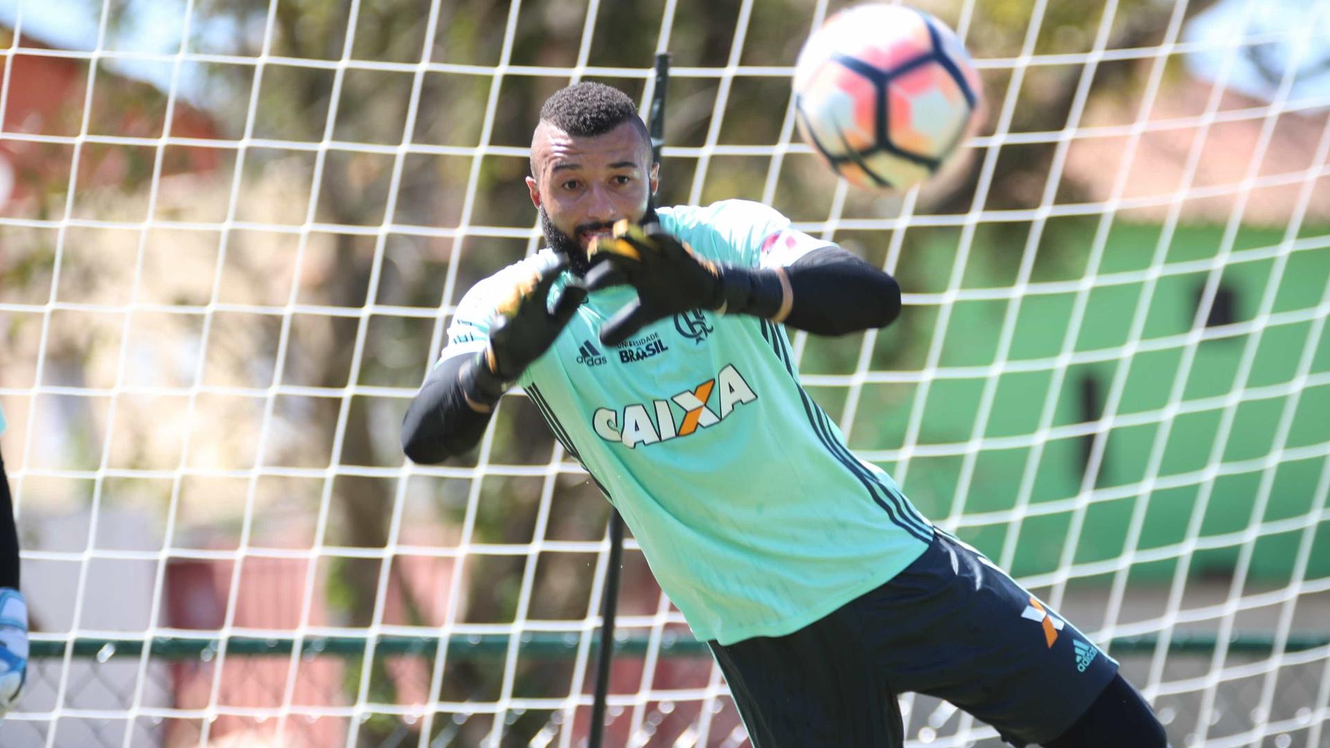 Flamengo faz testes no Brasileiro em meio à indecisão no gol